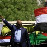 Sudanese President Omar Hassan al-Bashir waves to the crowd during a war torn Darfur peace campaign rally at Nyala in South Darfur, April 4, 2016. REUTERS/Mohamed Nureldin Abdallah