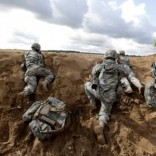 """Paratroopers of the 173rd Airborne Brigade of the U.S. Army in Europe take part in military exercise """"Black Arrow"""" in Rukla May 14, 2014. REUTERS/Ints Kalnins/File Photo"""