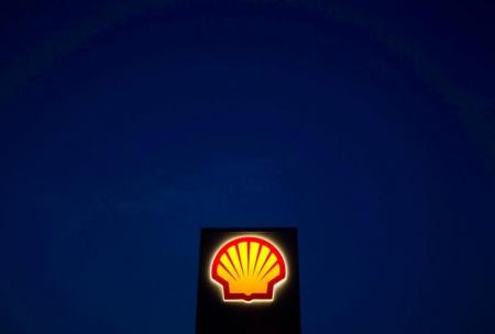 A Shell sign is pictured near Nowshera in Khyber-Pakhtunkhwa Province, Pakistan, September 8, 2010.     REUTERS/Morteza Nikoubazl/File Photo