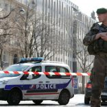 Police and a soldier block the access to the International Monetary Fund (IMF) offices where an envelope exploded in Paris, France, March 16, 2017.  REUTERS/Christian Hartmann