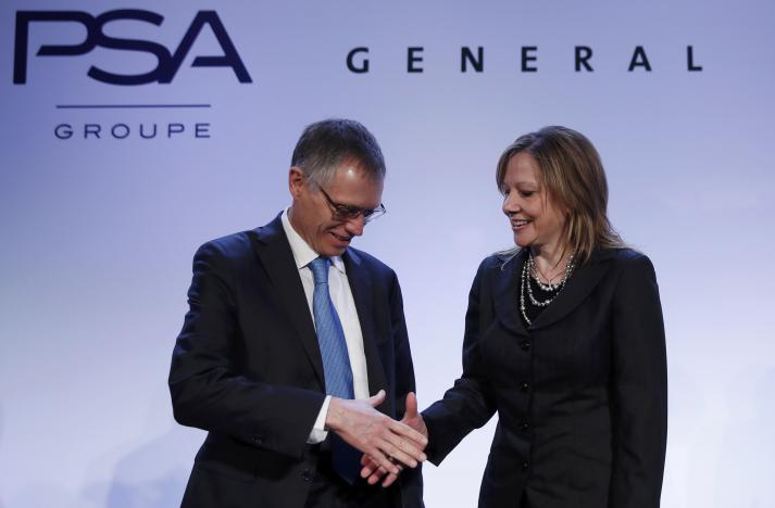 Carlos Tavares (L), Chairman of the Managing Board of French carmaker PSA Peugeot Citroen, shakes hands with Mary Barra, chairwoman and CEO of General Motors, before a news conference in Paris, France, March 6, 2017. REUTERS REUTERS/Christian Hartmann