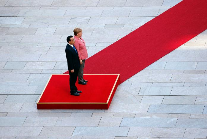 German Chancellor Angela Merkel and Chinese Premier Li Keqiang review the guard of honour during a welcome ceremony at the Chancellery in Berlin, Germany, May 31, 2017. REUTERS/Fabrizio Bensch