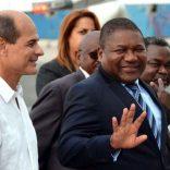 Filipe Jacinto Nyusi (D), Presidente de la República de Mozambique, a su arribo a La Habana, por la Terminal 1 del aeropuerto Internacional José Martí, acompañado por Rogelio Sierra (I), Viceministro de Relaciones Exteriores de Cuba, el 15 de junio de 2017.   ACN FOTO/Marcelino VÁZQUEZ HERNÁNDEZ/ogm