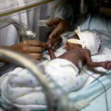 Uma mãe cuida do filho na sala de incubadoras para bebés da Maternidade Bissaya-Barreto que comemora 50 anos de existência no dia 28 de abril, em Coimbra, 27 de abril de 2013. (ACOMPANHA TEXTO). PAULO NOVAIS / LUSA