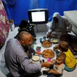 Displaced Iraqi family from Mosul eat a simple meal for their Iftar, during the Muslim holy month of Ramadan at a refugee camp al-Khazir in the outskirts of Erbil, Iraq June 10, 2017. Picture taken June 10, 2017.   REUTERS/Erik De Castro