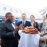 Momento-do-ritual-do-Pao-na-chegada-do-PR-no-Aereporto-em-Sochi-Russia-9